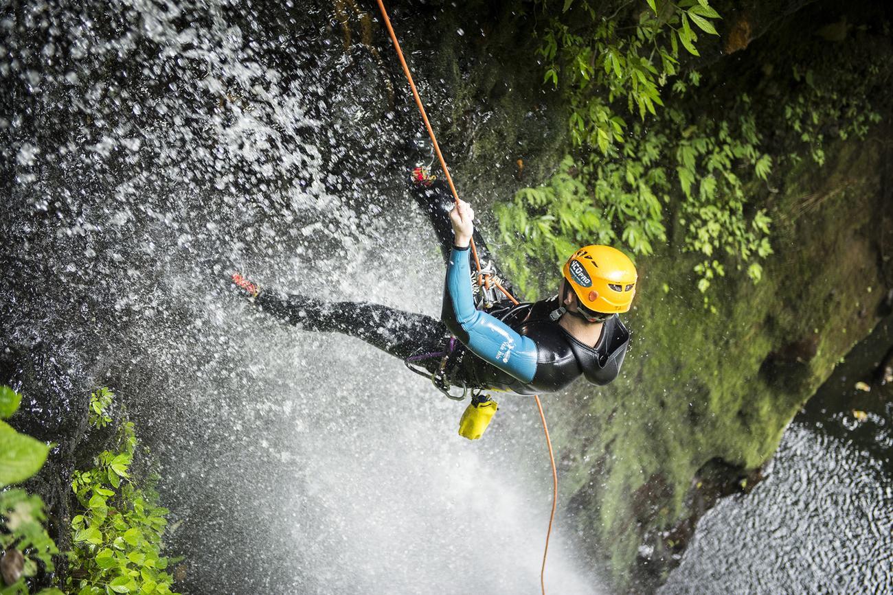 Rappelling-down-Kalimudah-canyoning-Bali-M8h_1300px